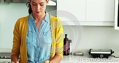 Équipez embrasser la femme dans la cuisine tout en préparant une salade dans la cuisine banque de vidéos