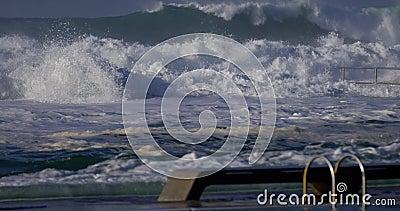 Équipez la natation avec de grandes vagues frappant des bains d'océan clips vidéos