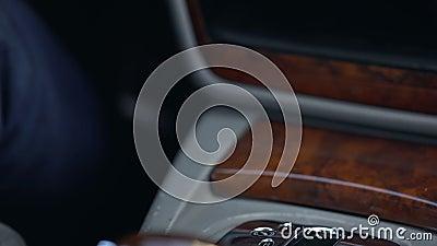 Équipez la vitesse changeante, la transmission automatique, voiture de luxe avec l'intérieur en bois banque de vidéos