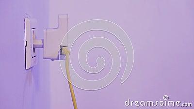 Équipez le répétiteur de WiFi d'insertion dans la prise électrique sur le mur et branchez dedans un câble d'Ethernet à lui clips vidéos