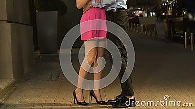 Équipez prendre l'amie à la main et étreindre dans date de rue de nuit la première, affection clips vidéos
