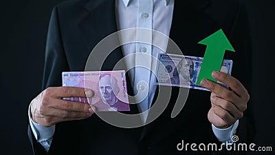 Équipez tenir des billets de banque, dollar élevant le franc suisse relatif, prévision financière banque de vidéos
