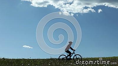 Équitation de cycliste de montagne par un pré clips vidéos