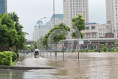 Équitation de motocyclette sur le trottoir inondé Image éditorial