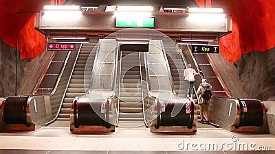 Éstocolmo, Suécia - 7 de junho de 2019: Povos que usam escadas rolantes durante horas de ponta no metro do centro de Solna filme