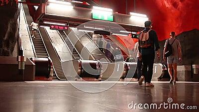 Éstocolmo, Suécia - 7 de junho de 2019: vista da escada rolante perto da plataforma do metro ou do tunnelbana subterrâneo no cent filme