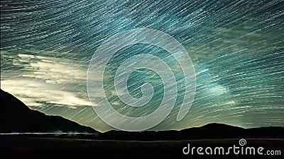 Étoiles de ciel nocturne de Timelapse et traînées d'étoile sur le fond de montagnes banque de vidéos