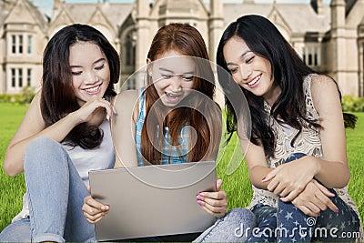 Adolescents de la cour aident l'adolescence