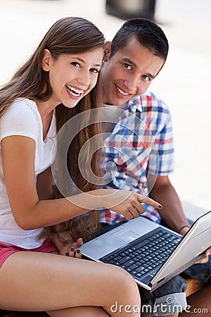 Étudiants avec l ordinateur portatif