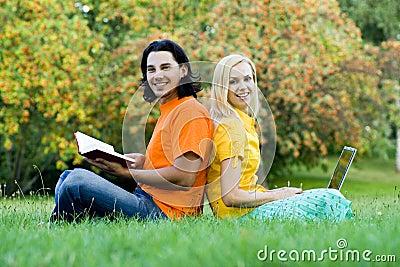 Étudiants s asseyant de nouveau au dos