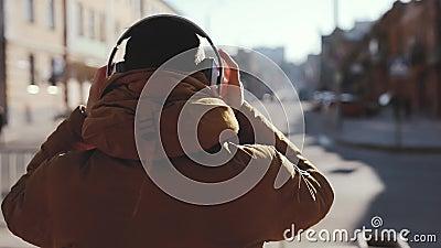 Ακουστικά οπισθοσκόπου, ένδυσης ατόμων υπαίθρια, συμπεριλαμβανόμενος βίντεο αρχικός ήχος απόθεμα βίντεο