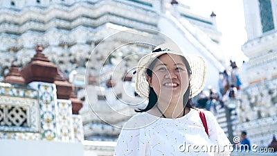 Ασιατική κυρία που απολαμβάνει για το ταξίδι σε Wat Arun Μπανγκόκ Ταϊλάνδη κίνηση αργή απόθεμα βίντεο