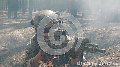 Βλαστοί στρατιωτών από την πίσω κάλυψη φιλμ μικρού μήκους