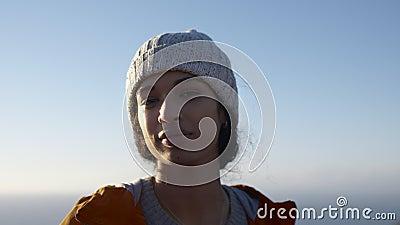 Γυναίκα που στέκεται υπαίθρια τη χειμερινή ημέρα που κοιτάζει γύρω φιλμ μικρού μήκους
