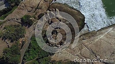 Εναέρια άποψη σχετικά με τα κύματα και τους βράχους θάλασσας όμορφο γίνοντα διάνυσμα φύσης ανασκόπησης Λόφος Arpoador φιλμ μικρού μήκους