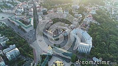 Εναέρια άποψη του χρυσός-καλυμμένου δια θόλου μοναστηριού του ST Michael, Υπουργείο Εξωτερικών, αλέα τοπίων στο Κίεβο, Ουκρανία απόθεμα βίντεο
