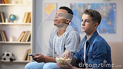 Η προσοχή εφήβων παρουσιάζει στη TV και ρίψη popcorn στο στόμα, αναβλητικότητα απόθεμα βίντεο