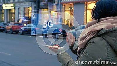 Η Unrecognizable στάση γυναικών στην οδό αλληλεπιδρά ολόγραμμα HUD με το κείμενο 5G φιλμ μικρού μήκους