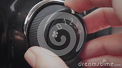 Θηλυκό εξόγκωμα κλιματισμού ρύθμισης χεριών στο αυτοκίνητο απόθεμα βίντεο