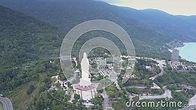 Θρησκευτικός σύνθετος άποψης κατάπληξης εναέριος με το άγαλμα του Βούδα απόθεμα βίντεο