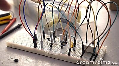 Κατασκευαστής, σπουδαστής ή μηχανικός ηλεκτρονικής που αναπτύσσουν το κύκλωμα ηλεκτρονικής πρωτοτύπων breadboard φιλμ μικρού μήκους
