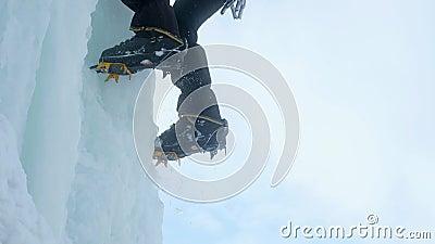 Κινηματογράφηση σε πρώτο πλάνο σκυλιών έλκηθρου στον ορειβάτη πάγου ποδιών του, ορειβάτης σε έναν παγωμένο καταρράκτη απόθεμα βίντεο
