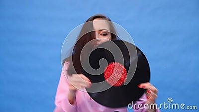 Κορίτσι που χορεύει με ένα αρχείο μουσικής απόθεμα βίντεο
