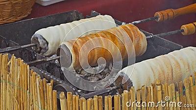 Κυλημένο γλυκό breaddough λίγο πριν ψήσιμο Τσεχικά γλυκά τρόφιμα απόθεμα βίντεο