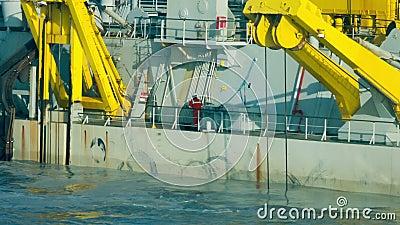 Μέλος του πληρώματος που εργάζεται στο ειδικής χρήσης παράκτιο πλοίο απόθεμα βίντεο