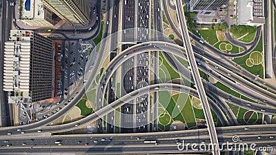 Μακρύς πολυάσχολος δρόμος εθνικών οδών στο φουτουριστικό αστικό πανόραμα πόλεων του Ντουμπάι κατά την καταπληκτική τοπ εναέρια άπ απόθεμα βίντεο