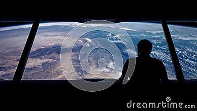 Ο αστροναύτης εξετάζει έξω τη γη από την τροχιά απόθεμα βίντεο