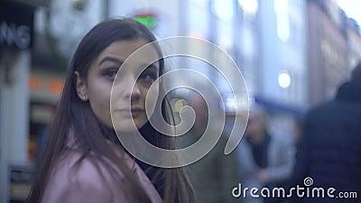 Όμορφη κυρία που έχει τον περίπατο στην επιβαρυνμένη οδό αγορών στο κέντρο πόλεων, καταναλωτής απόθεμα βίντεο