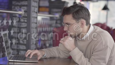 Όμορφη συνεδρίαση ατόμων σε έναν καφέ, αναμονή για τη διαταγή του ή στην πλήμνη και εργασία με προσήλωση στον υπολογιστή απόθεμα βίντεο