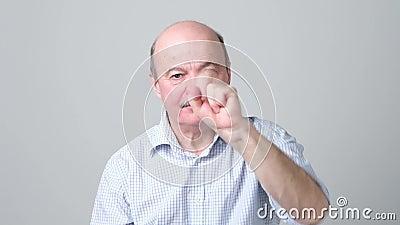 Ώριμος υπολογισμός ατόμων από πέντε σε ένα με το δάχτυλο απόθεμα βίντεο
