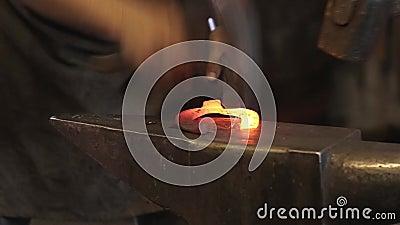 Σφυρηλατήστε το σίδηρο σφυρηλατεί στο αμόνι απόθεμα βίντεο