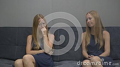 Συναισθηματική έννοια νοημοσύνης Σε μια πλευρά μιας νεολαίας η γυναίκα αισθάνεται ματαιωμένη, πιεσμένος και φόβος από την άλλη πλ απόθεμα βίντεο