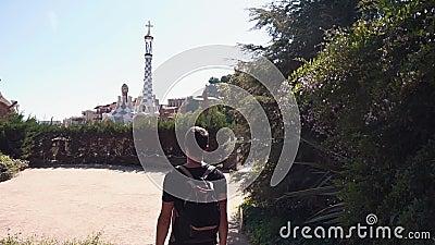 Τουρίστας που προσέχει την τοπική έλξη στην πόλη απόθεμα βίντεο