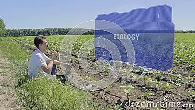 Το άτομο εργάζεται στην ολογραφική επίδειξη HUD με την οικολογία κειμένων στην άκρη του τομέα απόθεμα βίντεο