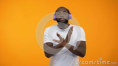Το αστείο αφροαμερικανός άτομο που χορεύει στα ακουστικά, ταλέντο παρουσιάζει απόδοση, κινηματογράφηση σε πρώτο πλάνο φιλμ μικρού μήκους