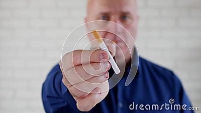 Το φιλικό άτομο στον εργασιακό χώρο στον καπνό μικρής διακοπής χαλάρωσης και προσφέρει ένα τσιγάρο απόθεμα βίντεο