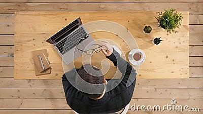 υλοτομία που κουράζετ&al Ματαιωμένο νέο όμορφο άτομο που φαίνεται εξαντλημένο καθμένος στη θέση του εργασίας και μεταφορά δικών τ φιλμ μικρού μήκους