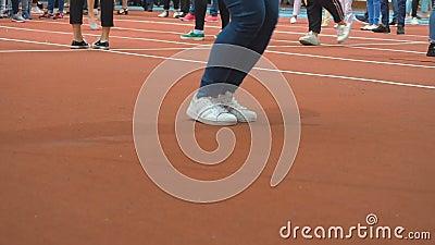 Πηδώντας ανταγωνισμός σχοινιών Πόδια ενός σχοινιού άλματος προσώπων στη γυμναστική κοντά επάνω Μια γυναίκα στα αθλητικά παπούτσια απόθεμα βίντεο