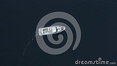 Πλέοντας βαθιά νερά γιοτ πολυτέλειας Εναέρια άποψη της άσπρης βάρκας που γυρίζει γύρω απόθεμα βίντεο