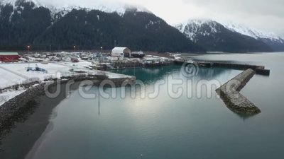 Πολυάσχολο ναυπηγείο που αγωνίζεται να εργαστεί στα σκάφη τον από την Αλάσκα χειμώνα φιλμ μικρού μήκους