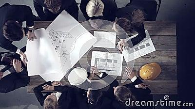 Бизнесмены обсуждая строительные проекты сток-видео