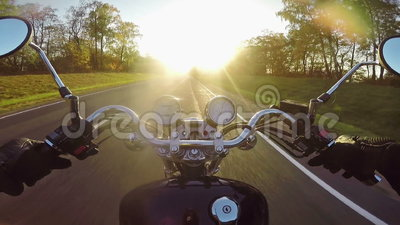 Быстрое катание мотоцикла к солнцу в вечере Классические крейсер/тяпка навсегда! сток-видео