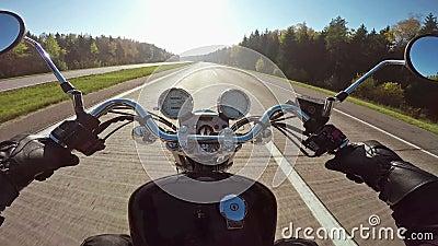 Быстрое катание мотоцикла на highwa к солнцу, широкой точке зрения всадника Классические крейсер/тяпка навсегда! сток-видео
