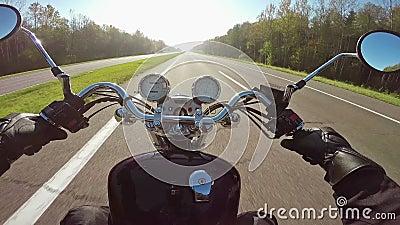 Быстрое катание мотоцикла на highwa к солнцу, широкой точке зрения всадника Классические крейсер/тяпка навсегда! видеоматериал