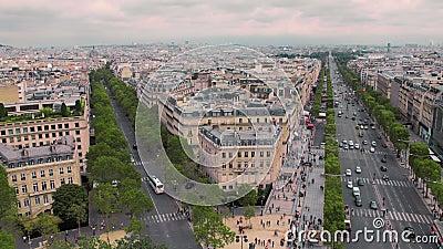 Взгляд углового дома и исторического центра, бульвара Champs-Elysees замедленное движение Парижа, Франции Автомобили городского п сток-видео