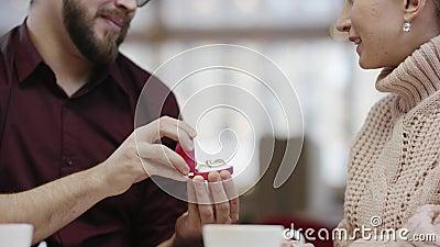 Взрослый человек делает предложение к его девушке и она счастливо обнимает его акции видеоматериалы